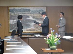 小野副知事より表彰を受ける田口さん